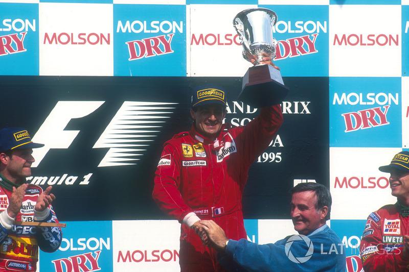 Подиум: победитель гонки Жан Алези, Ferrari, получил кубок из рук мэра Монреаля Пьера Бурке. Второе место Рубенс Баррикелло, Jordan, третье место Эдди Ирвайн, Jordan