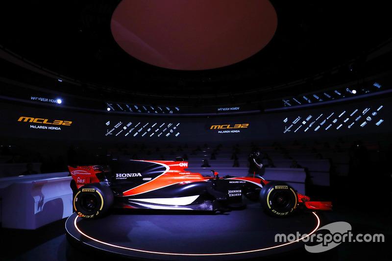 Zak Brown, Director Ejecutivo de McLaren Technology Group, habla con el presentador Simon Lazenby durante el lanzamiento del McLaren MCL32
