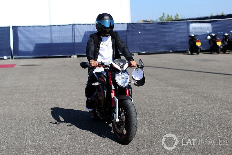 Льюіс Хемілтон, Mercedes AMG F1, на своєму мотоцклі MV Agusta Dragster RR LH44 Limited Edition