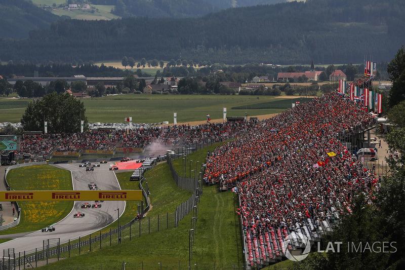 Старт гонки: лидирует Валттери Боттас, Mercedes AMG F1 W08; столкновение Макса Ферстаппена, Red Bull Racing RB13, и Фернандо Алонсо, McLaren MCL32