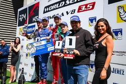 Подіум: переможець Матевос Ісаакян, AVF, друге місце Рене Біндер, Lotus, третє місце Альфонсо Селіс, Fortec Motorsports, та новачок Дієго Менчака, Fortec Motorsports