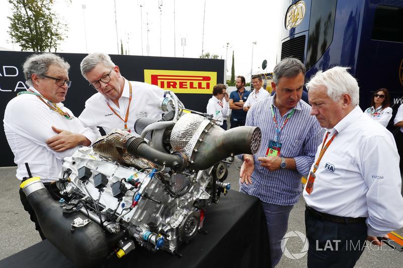 Didier Perrin, Ross Brawn et Charlie Whiting avec le nouveau moteur de F2