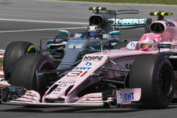 Эстебан Окон, Sahara Force India F1 VJM10, и Валттери Боттас, Mercedes AMG F1 W08