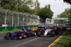 Daniil Kvyat, Scuderia Toro Rosso STR12, lidera a Sergio Pérez, Force India VJM10 y Nico Hulkenberg, Renault Sport F1 Team RS17