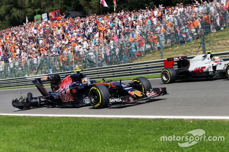 Carlos Sainz Jr. , Scuderia Toro Rosso STR11 con una foratura e l'auto danneggiata