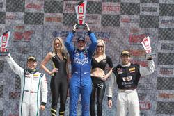 GT podium: pemenang Ryan Eversley, RealTime Racing, peringkat kedua Adderly Fong, Bentley Team Absolute, peringkat ketiga Michael Cooper, Cadillac Racing