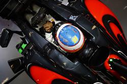 Fernando Alonso, McLaren MP4-31 in de garage