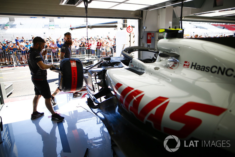 Mechanics work on the Kevin Magnussen Haas F1 Team VF-18