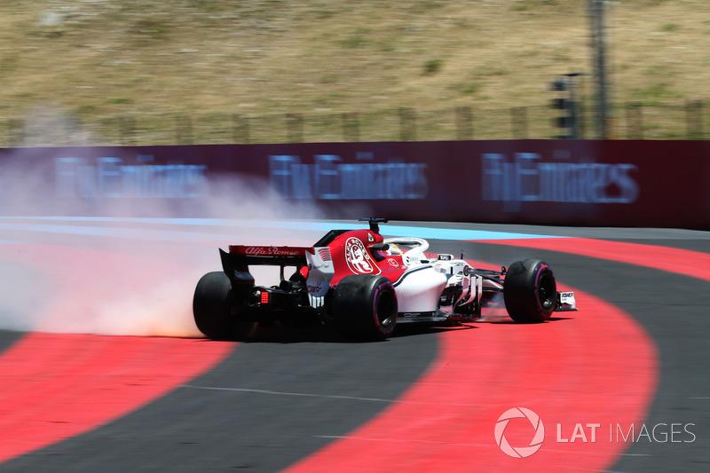 Marcus Ericsson, Sauber C37 est sorti de sa piste avant que sa voiture ne prenne feu