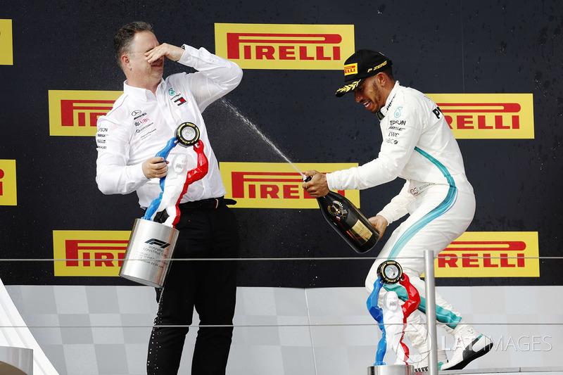 Podio: Ron Meadows, Mercedes AMG F1 Team Manager, ganador de la carrera Lewis Hamilton, Mercedes-AMG F1