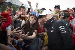Valtteri Bottas, Mercedes AMG F1, met de fans