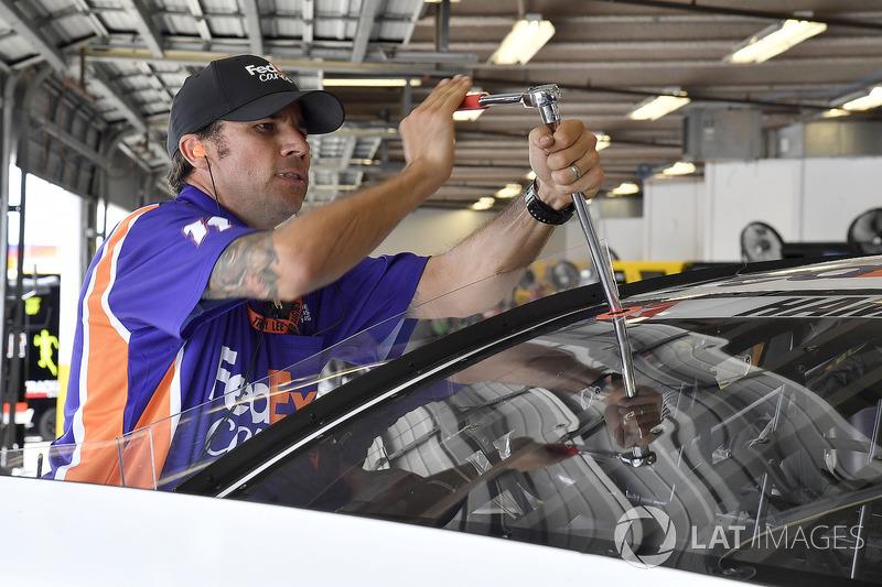 Un membro della crew di Denny Hamlin, Joe Gibbs Racing, Toyota Camry FedEx Cares