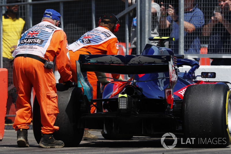 Marshals move the Pierre Gasly Toro Rosso STR13