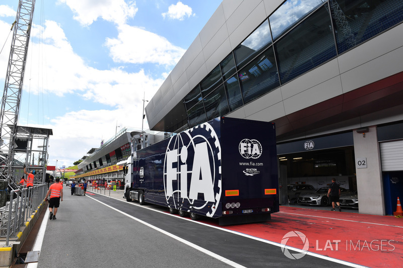 Camion FIA in pit lane