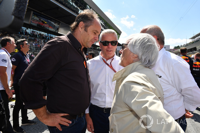 Gerhard Berger, Derek Warwick, Burkhard Hummell, WWP Agency et Bernie Ecclestone, sur la grille