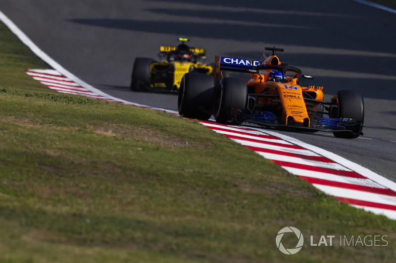 Fernando Alonso, McLaren MCL33, Carlos Sainz Jr., Renault Sport F1 Team R.S. 18
