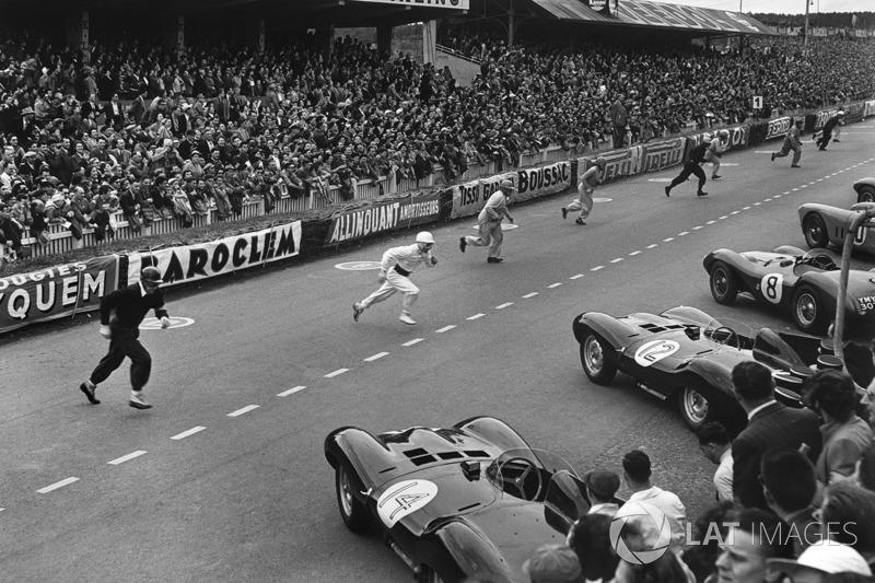 Старт: гонщики бегут к своим автомобилям