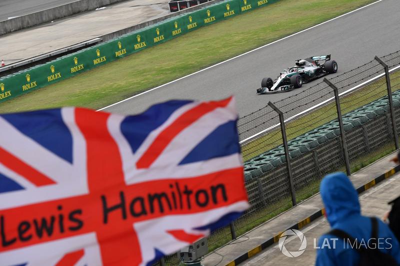 Lewis Hamilton, Mercedes-AMG F1 W09 EQ Power+ y bandera de la Unión