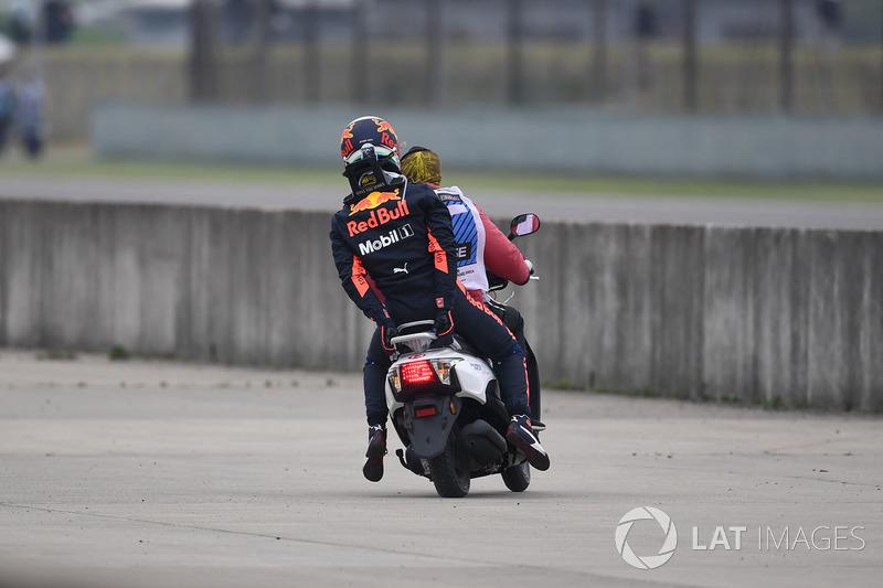Daniel Ricciardo, Red Bull Racing à l'arrêt en piste et ramené en scooter