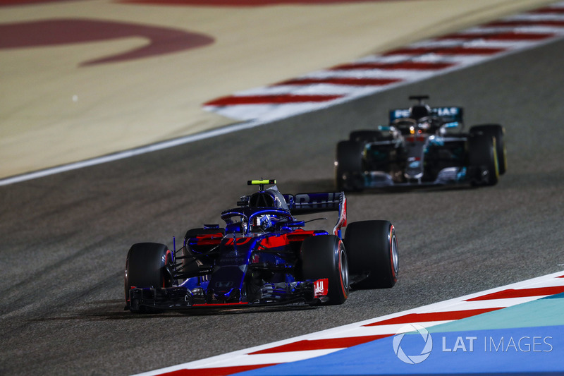 Pierre Gasly, Toro Rosso STR13 Honda, Lewis Hamilton, Mercedes AMG F1 W09