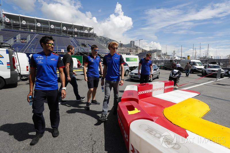 Brendon Hartley, Toro Rosso, cammina lungo il circuito