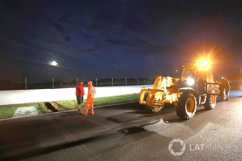 Персонал траси працює над поліпшенням дренажу перед недільною гонкою