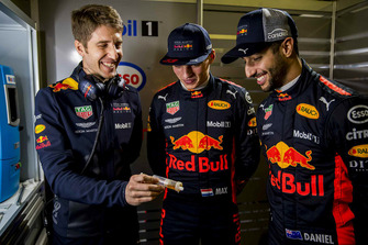 Daniel Ricciardo, Red Bull Racing, Max Verstappen, Red Bull Racing con un ingeniero de Red Bull Racing ExxonMobil