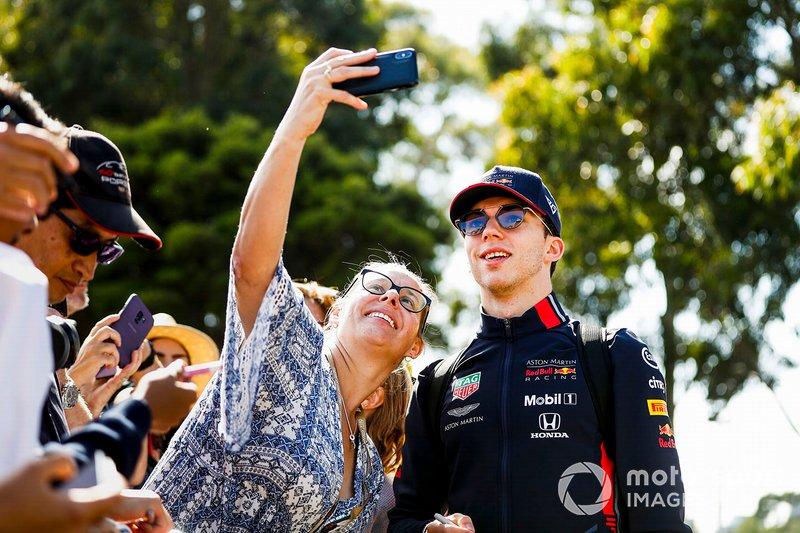 Pierre Gasly, Red Bull Racing, posa per un selfie con una tifosa