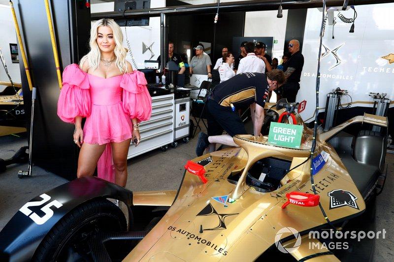 La cantante Rita Ora nel garage TECHEETAH