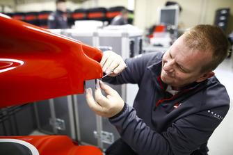 Un membro del team Haas al lavoro su un musetto