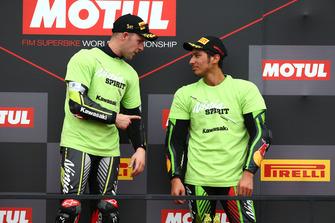 Переможець гонки Джонатан Рей, Kawasaki Racing, третє місце Топрак Разгатліоглу, Kawasaki Puccetti Racing