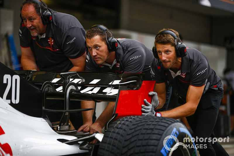 Romain Grosjean, Haas F1 Team VF-18, helps out with pit stop practice