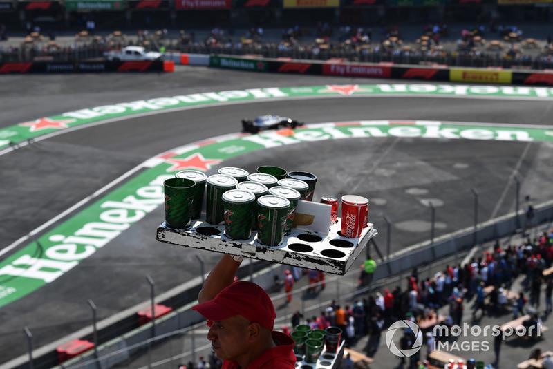 Venditori di birra e una Mercedes-AMG F1 W09