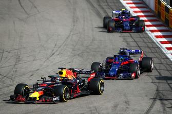 Daniel Ricciardo, Red Bull Racing RB14, leads Brendon Hartley, Toro Rosso STR13, and Pierre Gasly, Scuderia Toro Rosso STR13