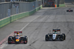 Daniel Ricciardo, Red Bull Racing RB12 en Nico Hulkenberg, Sahara Force India F1 VJM09