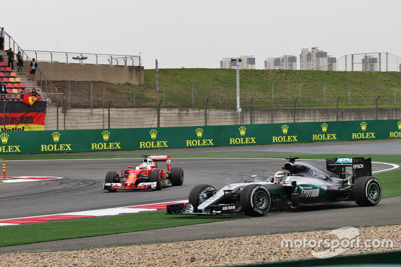 Lewis Hamilton, Mercedes AMG F1 W07 Hybrid y Sebastian Vettel, Ferrari SF16-H
