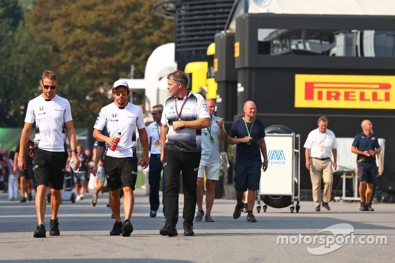 (Da sx a dx): Jenson Button, McLaren con Fernando Alonso, McLaren e Dave Redding, Direttore sportivo
