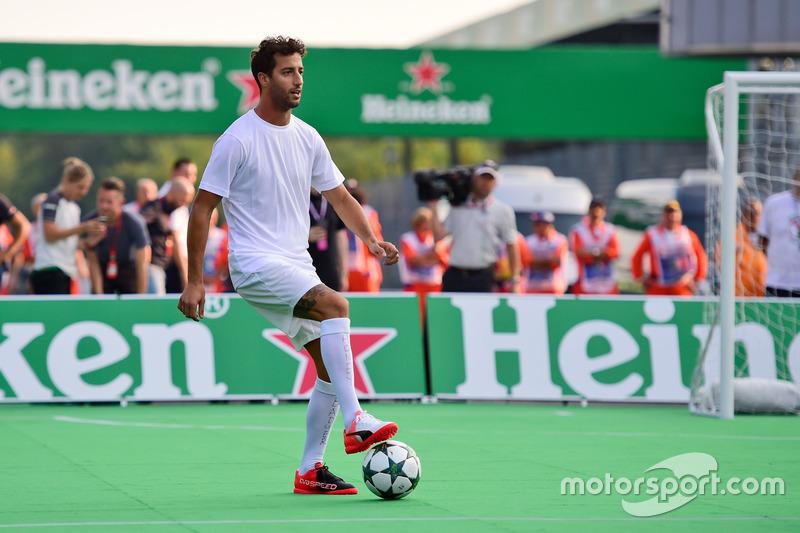 Daniel Ricciardo, Red Bull Racing, futbol maçında