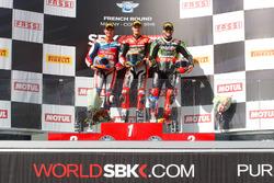 Подіум суботньої гонки: друге місце Міхаєл ван дер Марк, Honda World Superbike Team, переможець гонки Чаз Девіс, Aruba.it Racing - Ducati, третє місце Том Сайкс, Kawasaki Racing Team