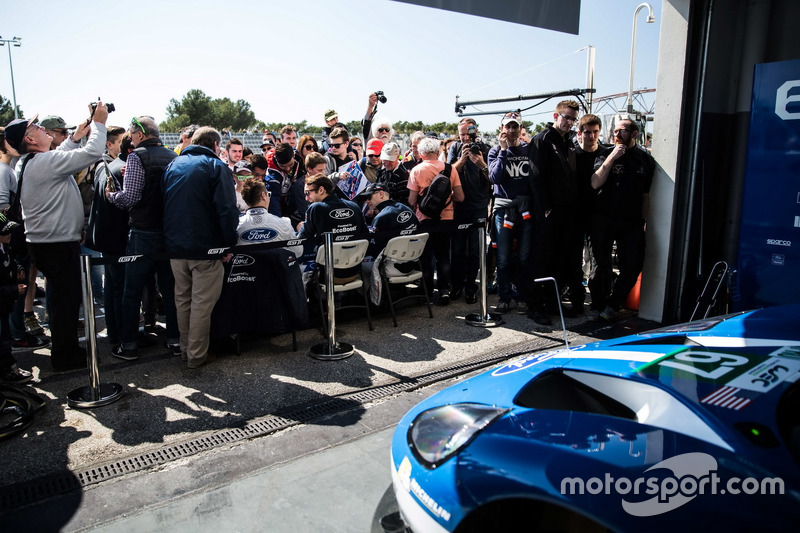 #67 Ford Chip Ganassi Racing Team UK, Ford GT: Marino Franchitti, Andy Priaulx, Harry Tincknell, bei der Autogrammstunde