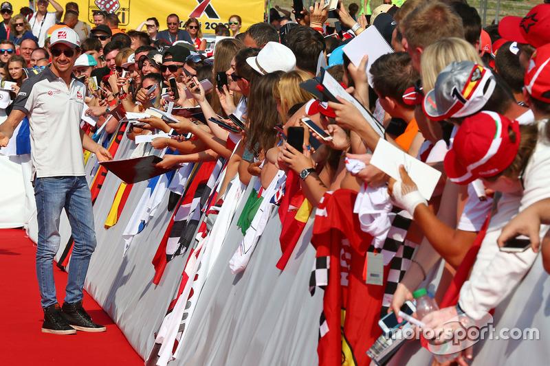Esteban Gutierrez, Haas F1 Team with fans