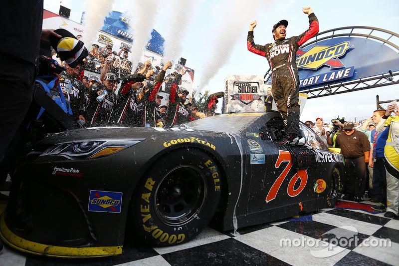3. Ganador de la carrera Martin Truex Jr., Furniture Row Racing Toyota
