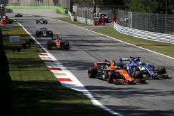 Stoffel Vandoorne, McLaren MCL32, Marcus Ericsson, Sauber C36