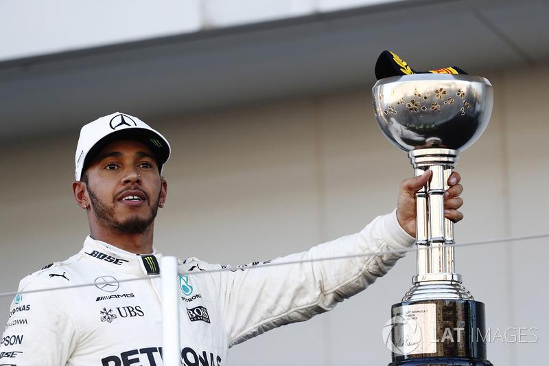 Lewis Hamilton, Mercedes AMG F1, festeggia sul podio con il trofeo del vincitore