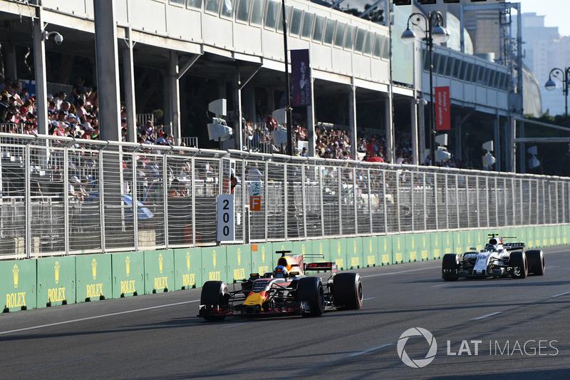"""GP do Azerbaijão 2017: Considerada a melhor corrida de 2017, a prova foi marcada pelo """"encontro"""" entre Sebastian Vettel na traseira de Lewis Hamilton na pista."""