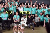 1. Lewis Hamilton, Mercedes AMG F1, und 2. Valterri Bottas, Mercedes AMG F1, mit Billy Monger und Nicolas Hamilton