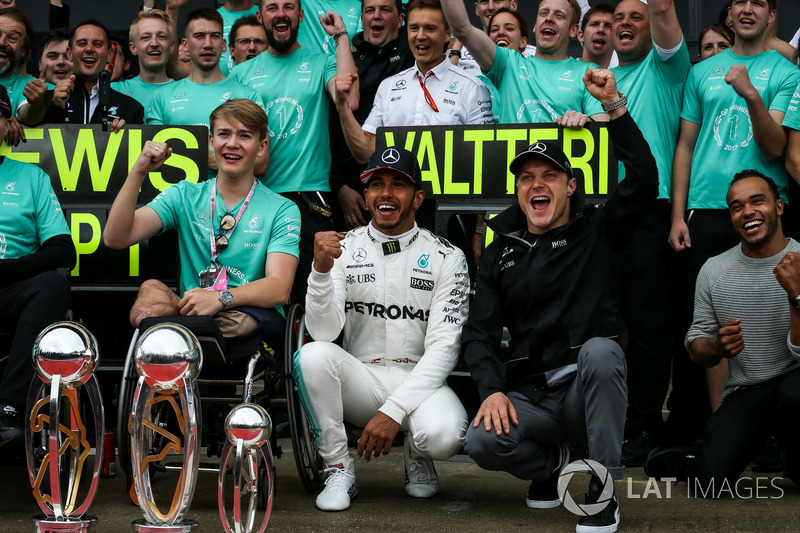le vainqueur lewis hamilton mercedes amg f1 f te sa victoire avec son fr re nicolas hamilton. Black Bedroom Furniture Sets. Home Design Ideas