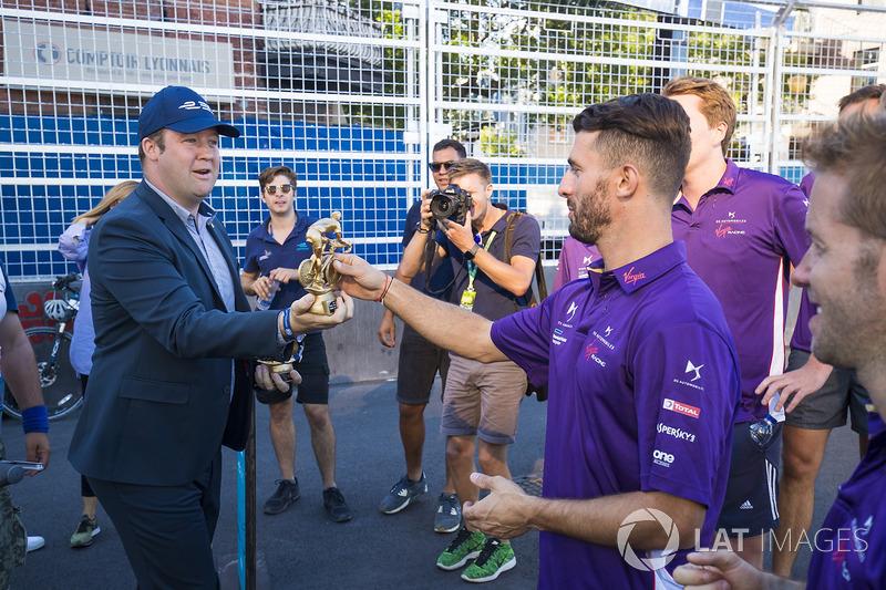 Jose Maria Lopez, DS Virgin Racing, con el trofeo en una carrera de bicis