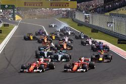 Sebastian Vettel, Ferrari SF70H, Kimi Raikkonen, Ferrari SF70H, leidt het veld bij de start