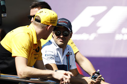 Felipe Massa, Williams, talks to Nico Hulkenberg, Renault Sport F1 Team, on the drivers' parade